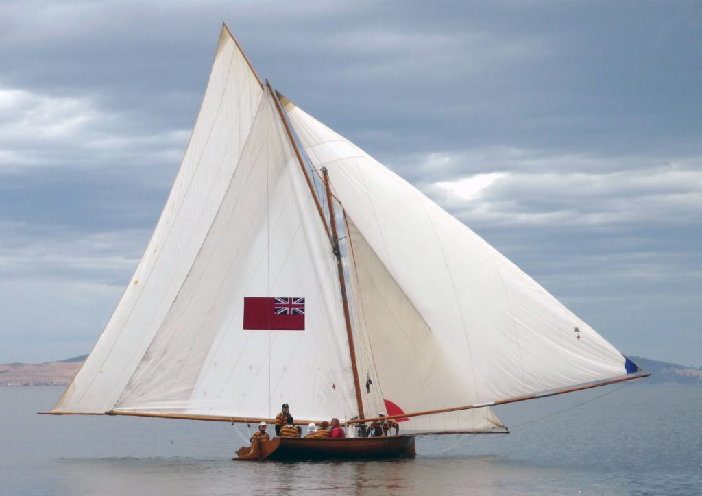 picture of a Sydney 18-footer with all sails up